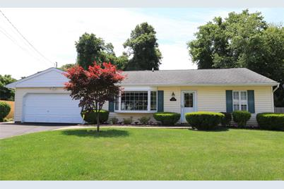 10 Claire Ln Sayville Ny 11782 Mls 3041485 Coldwell Banker
