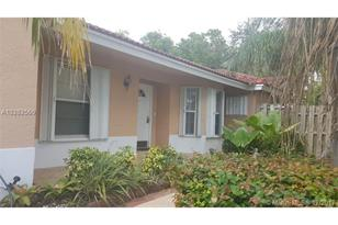 10289 NW 57th Ter - Photo 1