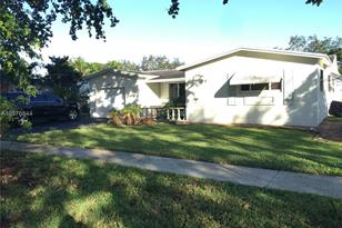 8953 SW 53rd St - Photo 1